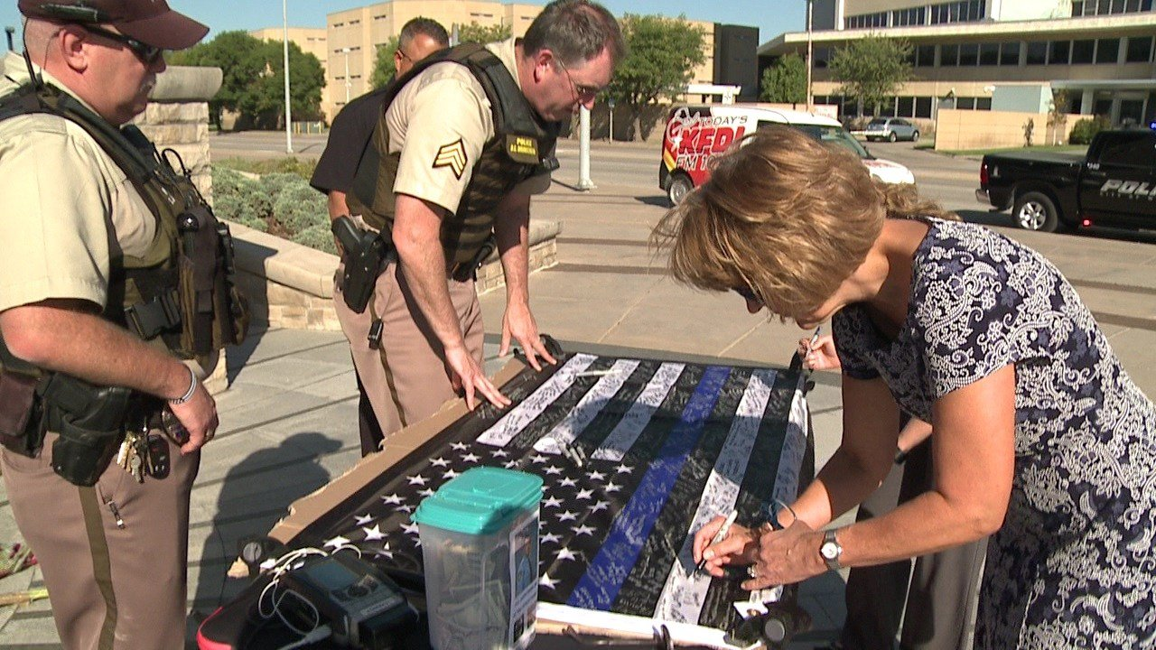 Hundreds of Wichitans sign flag for fallen Sedgwick County deputy