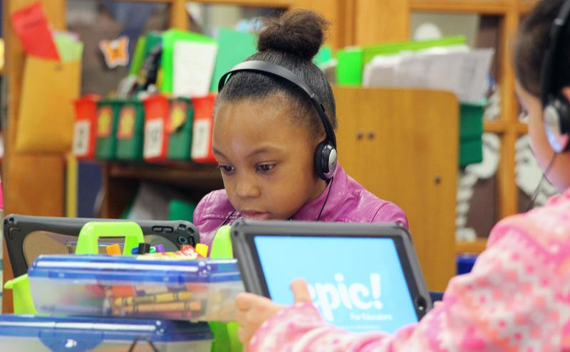 Students at Broken Arrow Elementary in the Shawnee Mission School District develop reading skills using iPads. Every student in the district receives an iPad or Macbook. CELIA LLOPIS-JEPSEN / KANSAS NEWS SERVICE