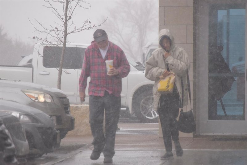 Travelers hurry through the blowing snow to get back to their cars after a  pause at 6a280159cac8