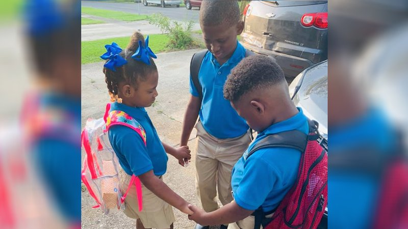 Photo of siblings praying before first day of school goes viral